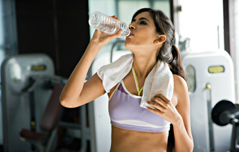 Estudos sugerem que consumir água alcalina gera benefícios para a saúde