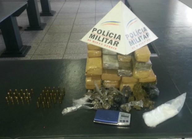 Drogas Apreendidas Pitangui  (Foto: Polícia Militar/Divulgação)