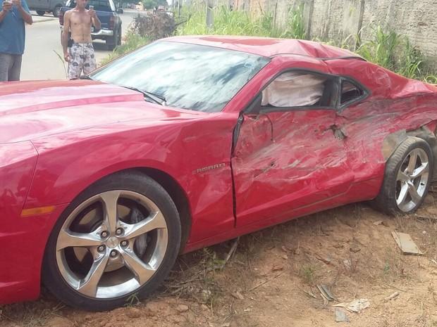 Veículo foi atingo na parte lateral e ficou parcialmente destruído (Foto: Jesy Monik/Arquivo Pessoal)