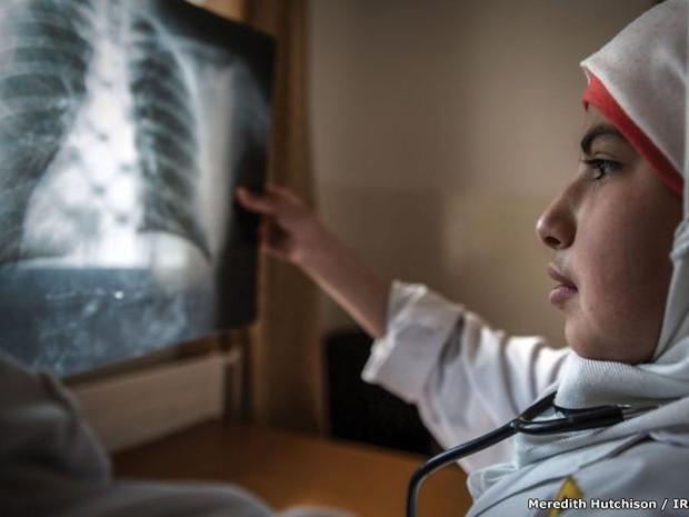 Fatima, 11 anos, é uma futura cirurgiã (Foto: BBC)