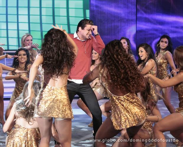 O cantor até dançou com as bailarinas do Faustão (Foto: Domingão do Faustão / TV Globo)