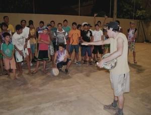 Clube Amigos do Basquetebol em Guajará-Mirim, Rondônia, Jesus dando aulas (Foto: Cleilson Sales/Divulgação)
