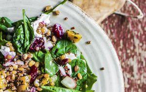 Salada de brotos com molho de mostarda em grãos