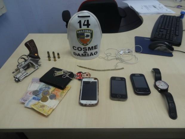 Mochila com objetos roubados foi apontada por suspeito durante revista (Foto: Romulo de Sousa/G1 AM)