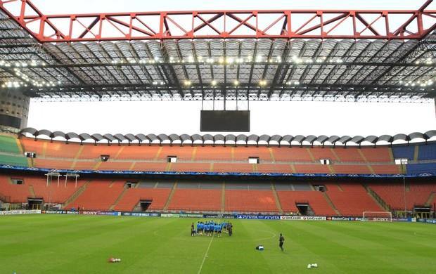 Estádio San Siro em treino do Barcelona (Foto: AP)