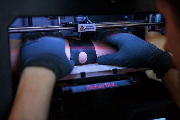 Makerbot ganha agulha e passa a tatuar (Foto: Reprodução/Instructables)