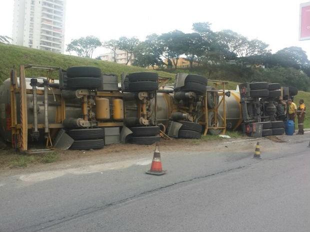 Caminhão carregado com 45 mil litros de combustível tomba em São José (Foto: Divulgação/ Bombeiros )