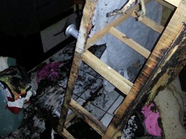 Mãe do suspeito estava dentro da casa, mas conseguiu fugir sem ferimentos (Foto: Kleber Teixeira/Inter Tv Cabugi)