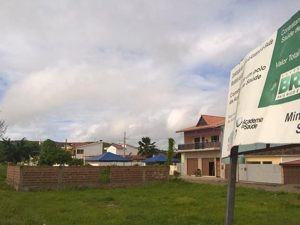 Academia de Saúde de Alagoa Grande foi construída às margens da PB-079 (Foto: Diogo Almeida/G1)