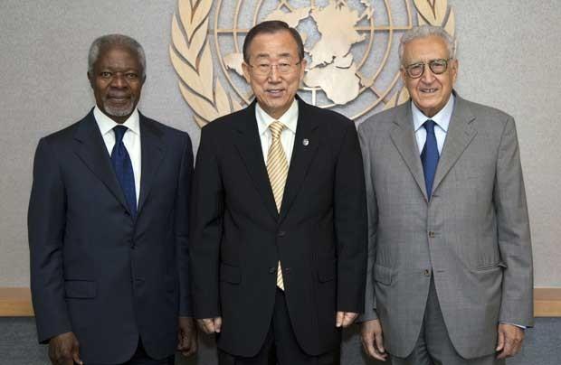 Secretário-geral da ONU, Ban Ki-Moon (centro), se ecncontra com o ex-secretário-geral Kofi Annan (esq.) e com o novo mediador da ONU para a Síria, Lakhdar Brahimi, nesta terça-feira (4) (Foto: AFP)