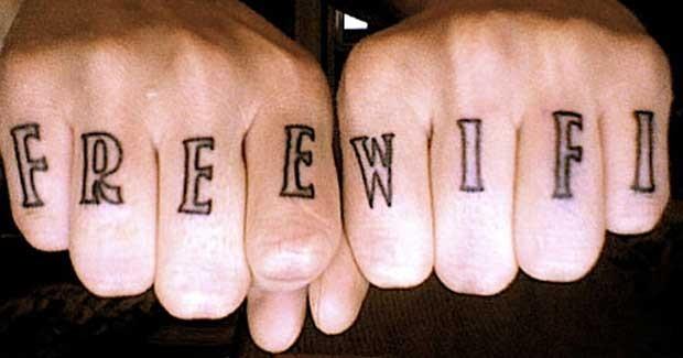 Frase Wi-Fi, ou rede sem-fio gratuita, tatuada nas mãos (Foto: Reprodução/Happy Place)