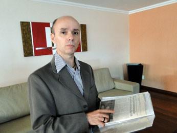 Robson Savio guarda notícias sobre o caso (Foto: Flávia Cristini/G1)