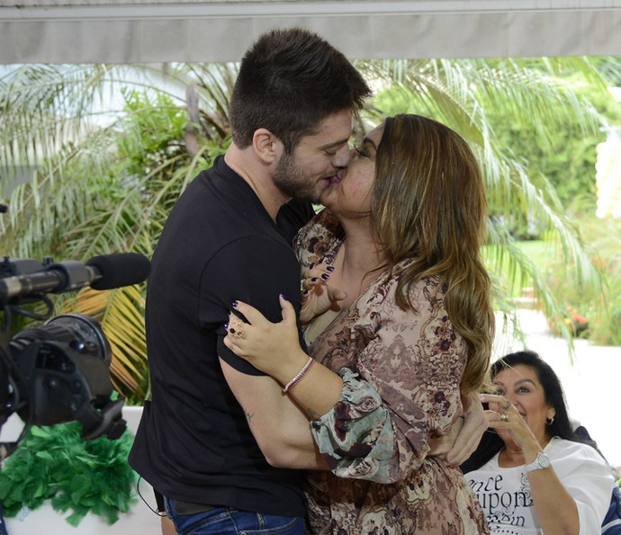 Preta Gil e Rodrigo Godoy se beijam no Estrelas (Foto: Ellen Soares/Gshow)