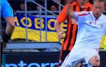 Krohn-Dehli desloca patela ao pisar em giro e urra de dor no jogo do Sevilla
