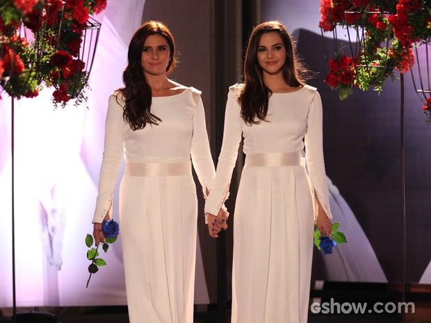Clara e Marina caminham em direção ao altar (Foto: Pedro Curi/TV Globo)