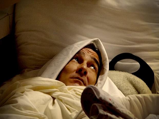 Com medo, Cadinho dorme na área de serviço (Foto: Avenida Brasil / TV Globo)