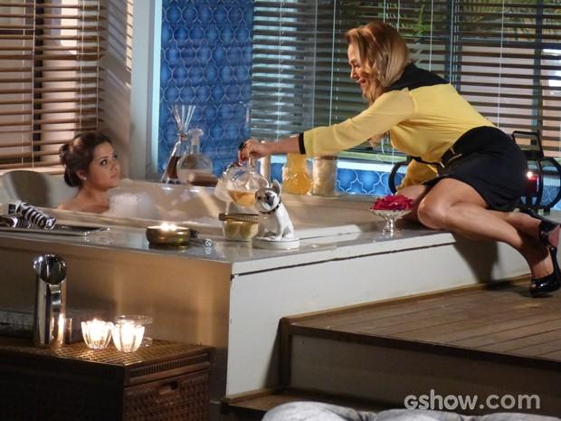 Shirley convence Bárbara a tomar banho indicado por cartomante (Foto: Em Família / TV Globo)