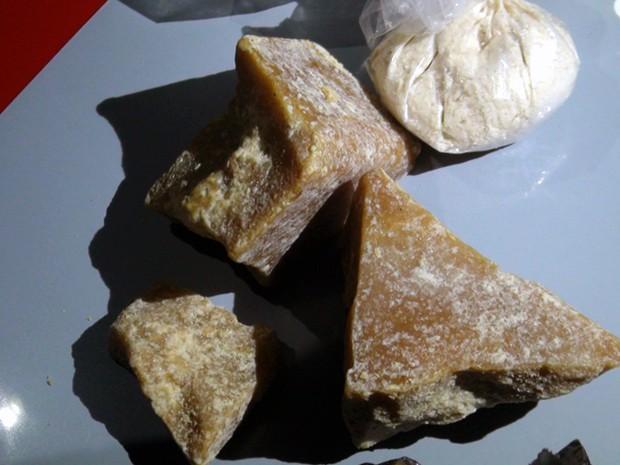 Na casa, PM encontrou 300 gramas de crack escondidas em sofá (Foto: Osni Martins/Polícia Militar)