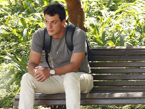 Coitado! Théo senta em um banco com olhar triste de dar pena (Foto: Salve Jorge/TV Globo)