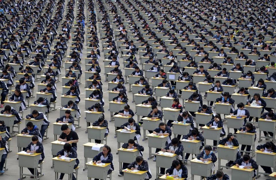 Em Yichuan, estudante do ensino médio fazem prova a céu aberto porque não há local coberto que os comporte