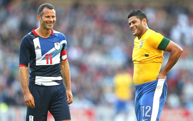 Ryan Giggs e Hulk no amistoso do Brasil contra a Grã-Bretanha (Foto: Getty Images)