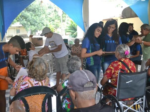 Os educandos puderam interagir e se integrar mais a rotina dos idosos do abrigo (Foto: Divulgação)