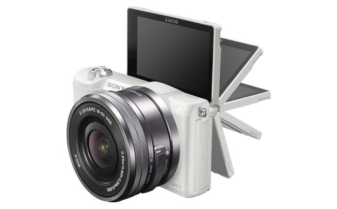 Nova mirrorless da Sony traz recursos da A-6000 com mesmas dimensões compactas da A-5000 (Foto: Divulgação/Sony)