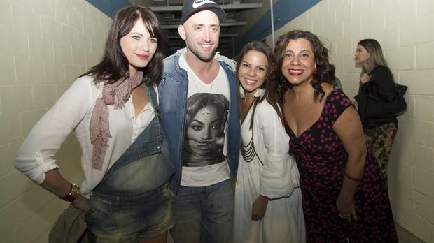 Luiza Valdetaro, Paulo Gustavo, Cacau Melo e Catarina Abdala no camarim do elenco de Vai Que Cola (Foto: Samuel Kobayashi)