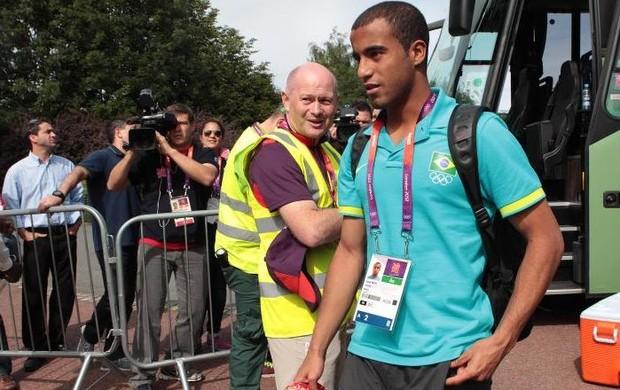 Lucas na chegada da seleção a Manchester (Foto: Rafael Ribeiro/CBF)