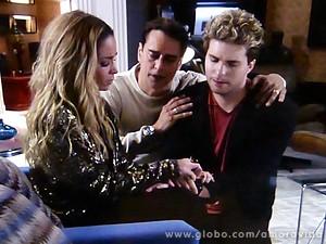 Os dois tentam acalmar a amiga, que fica emocionadíssima (Foto: Amor à Vida / TV Globo)