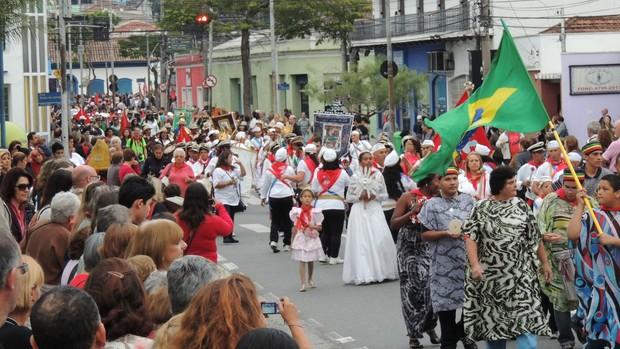 Procissão de Pentecostes mostrou fé e devoção nas ruas de Mogi (Jenifer Carpani/G1)