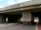 Caminhão-baú fica preso no viaduto da Av. Fernando Ferrari, em Vitória