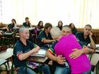 Alunos raspam o cabelo em escola e surpreendem professora com câncer
