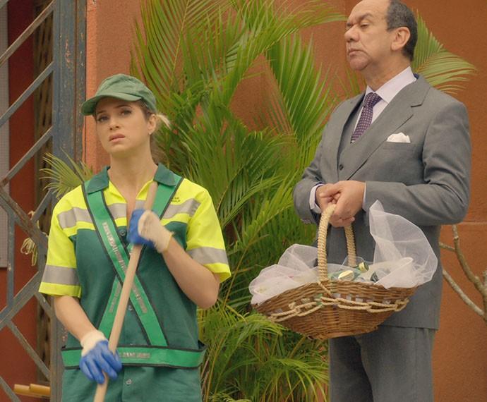 Soraya fica sem graça ao ser flagrada por Pat e Lindo (Foto: TV Globo)