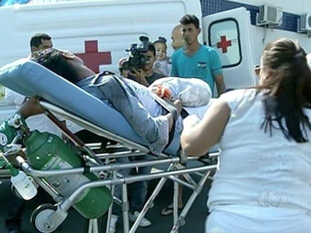 Mulher que estava de garupa na moto também ficou ferida (Foto: Reprodução/TV Anhanguera)
