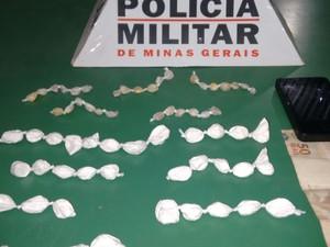 Material estava escondido debaixo de um veículo em uma oficina (Foto: Divulgação/PM)