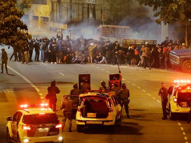 anifestantes entram em confronto com a Polícia Militar na avenida Nove de Julho em um ato contra o governo Temer (Foto: Nelson Antoine/FramePhoto/Estadão Conteúdo)