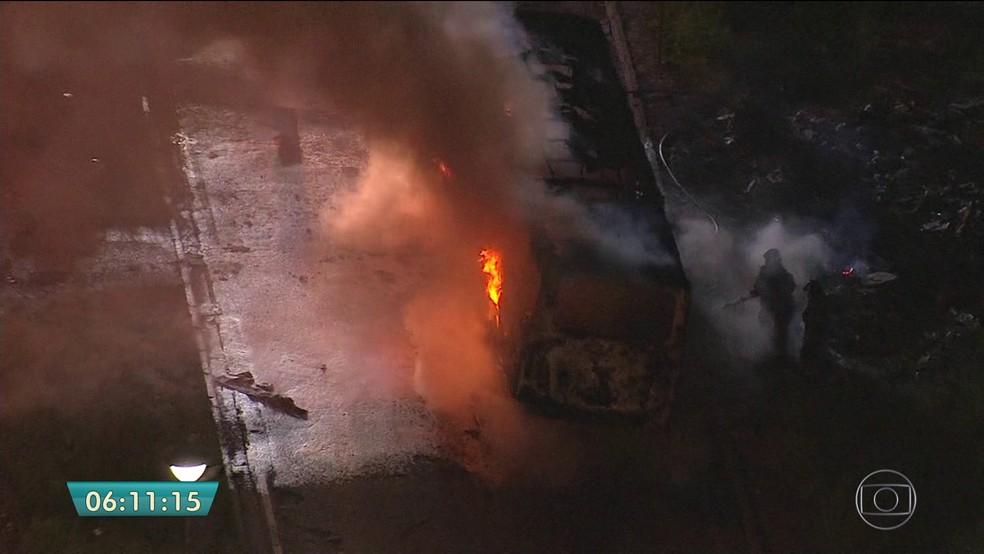 Ônibus incendiado no protesto (Foto: Reprodução/TV Globo)