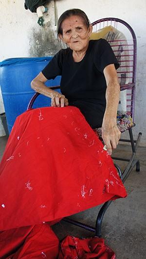 'Só vamos sair porque é o jeito', diz dona Rita Maria da Silva, de 71 anos (Foto: Anderson Barbosa/G1)