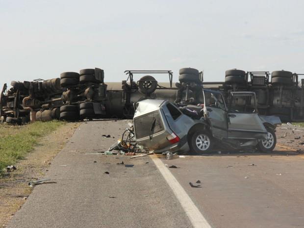 Quatro pessoas que estavam no carro morreram (Foto: Raimundo Mascarenhas \ Site Calila Notícias)