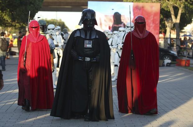 Acompanhado da Guarda Real do Emperador, Darth Vader desfila pelas ruas de Tunes, na Tunísia (Foto: Zoubeir Souissi/Reuters)
