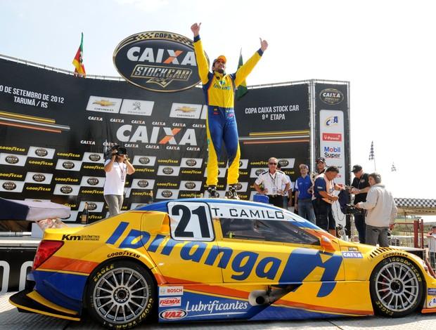 Stock Car - Thiago Camilo comemora a vitória em Tarumã, nona etapa da temporada 2012 (Foto: Fernanda Freixosa / Stock Car)