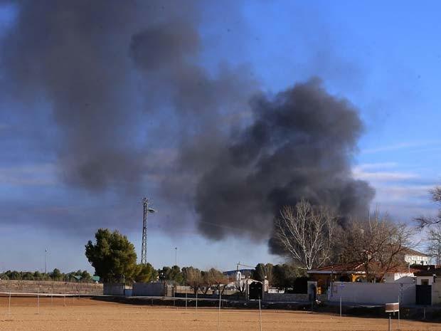 Queda de avião militar na base aérea de Los Llanos, em Albacete, na Espanha, deixou 10 mortos nesta segunda-feira (26) (Foto: AP Photo/Josema Moreno)