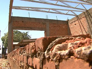 UPA inacabada corre risco de desabamento (Foto: Cláudio Oliveira/ EPTV)