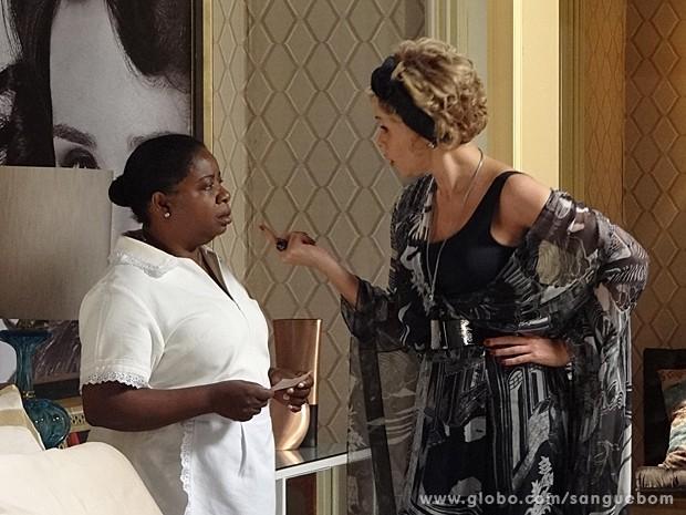 Sem dó nem piedade, Bárbara dá o cheque da demissão para Emília (Foto: Sangue Bom/TV Globo)