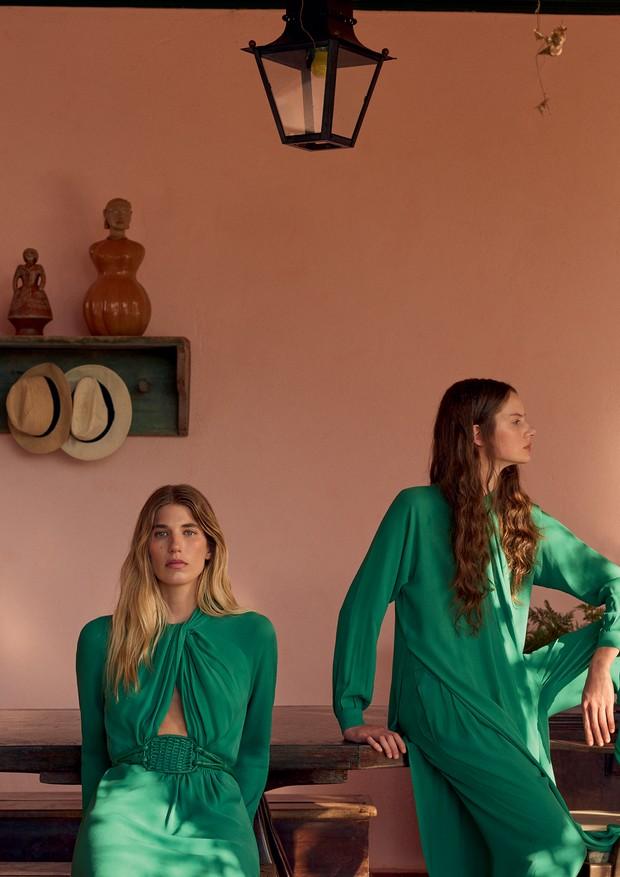 Da esquerda para a direita, vestido de crepe (R$ 6.684) e cinto com trama decestaria (R$ 642). À direita, Bianca Gertz veste túnica (R$ 1.542) e calça (R$ 1.482), ambos de crepe (Foto: Gui Paganini)
