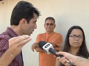 Ormando tentou explicar para a população as falhas na coleta de lixo, em Goiânia (Foto: Reprodução/TV Anhanguera)