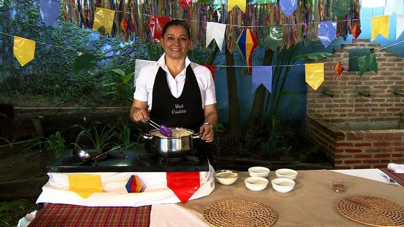 Vovó Cristina ensina como preparar o Mungunzá (Foto: Rede Amazônica/AVG)