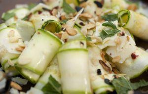 Salada de abobrinha crua com amêndoas torradas