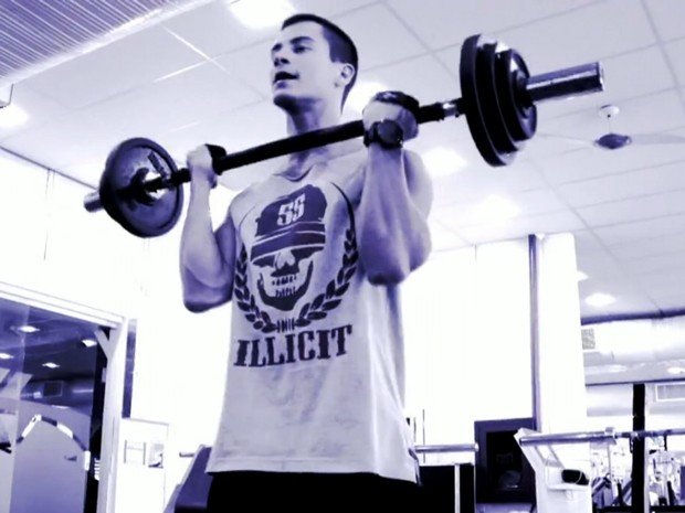Arthur Aguiar pega pesado em treino na academia (Foto: TV Globo / Vídeo Show)
